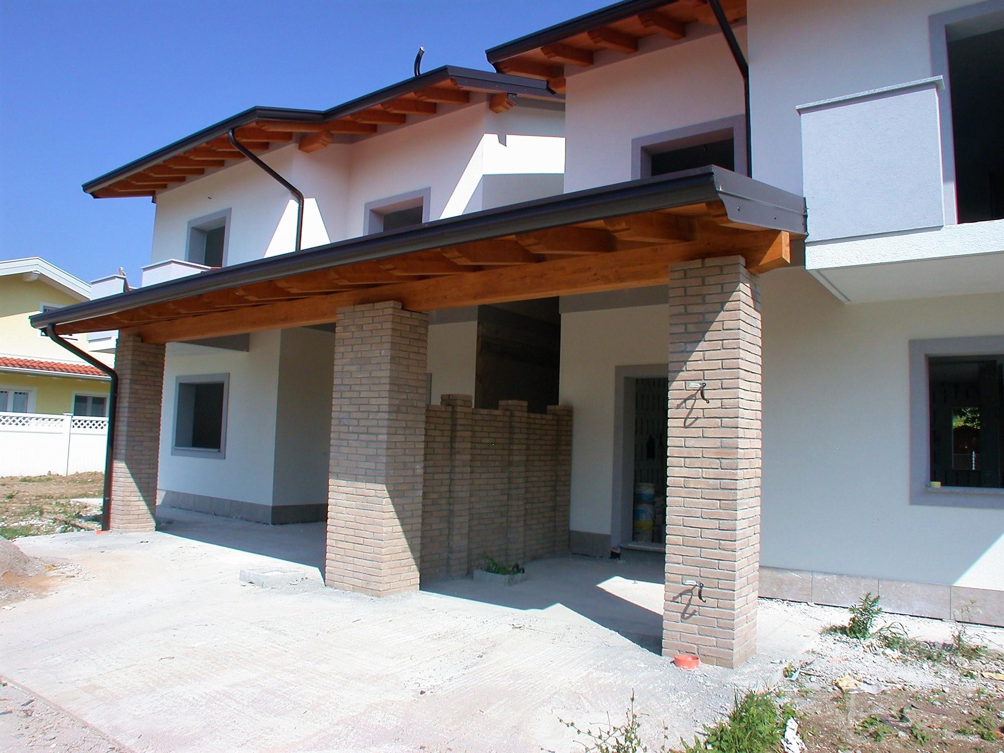 Nuova villa accostata da portico a Staranzano