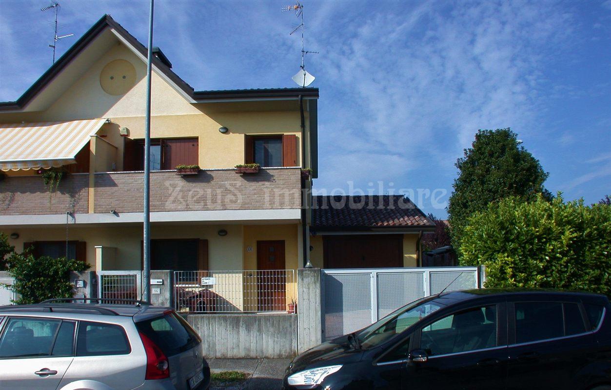 Recente villa accostata con box auto a Fiumicello