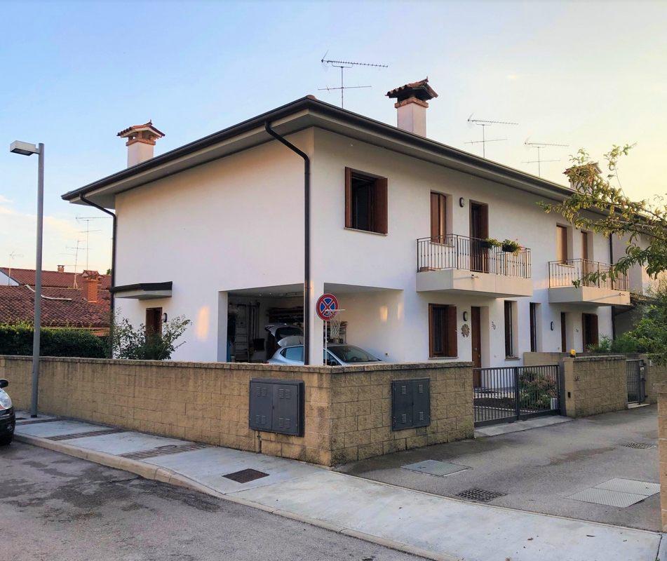 Villa accostata da un lato a Fogliano Redipuglia